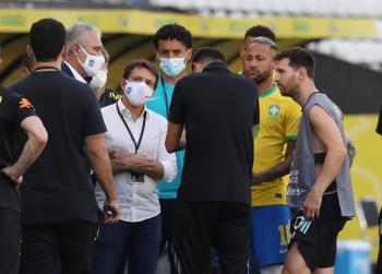 بالتفاصيل : أسباب توقف مباراة البرازيل والأرجنتين بعد دقائق من بدايتها