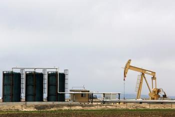النفط يتراجع مع وفرة الإمدادات
