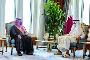 وزير الداخلية يبحث تعزيز التعاون الأمني مع أمير قطر