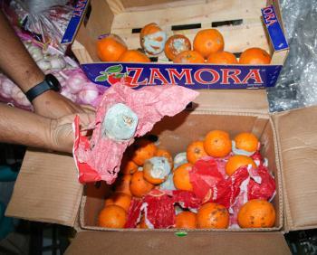 شاهد .. إتلاف 76 طن فاكهة وخضار فاسد داخل مستودع بالدمام