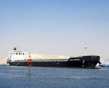 نجاح تعويم سفينة صب جانحة بقناة السويس