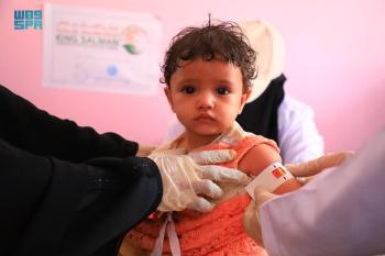 مركز الملك سلمان يكافح سوء تغذية 20 ألف طفل وأم باليمن