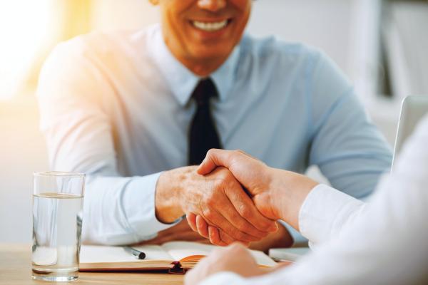 «المناصب العليا».. مصيدة أصحاب الأعمال لجذب حديثي التخرج