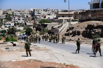 قوات الأسد تنهب ممتلكات المدنيين خلال انسحابها من درعا