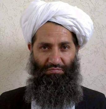 يحيط به الغموض.. زعيم «طالبان» الذي نفذ ابنه تفجيرا انتحاريا