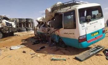مقتل 18 في حادث تصادم شاحنة وحافلة بالجزائر