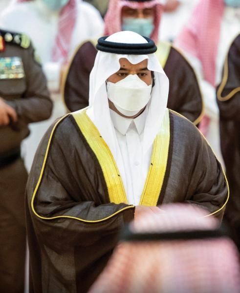أمير الرياض بالنيابة يؤدي صلاة الميت على الأميرة دلال بنت سعود بن عبدالعزيز