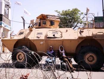 هل تستفيد إيران من الأسلحة الأمريكية في أفغانستان؟
