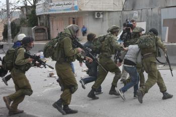 قوات الاحتلال تعتقل 4 فلسطينيين برام الله والبيرة