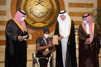 شاهد.. أمير مكة يكرّم جندي ومواطن ويهنئ بطل «ألعاب القوى»
