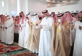 أمير الشرقية يؤدي صلاة الميت على والدة الأمير عبدالعزيز بن عبدالرحمن بن عبدالعزيز