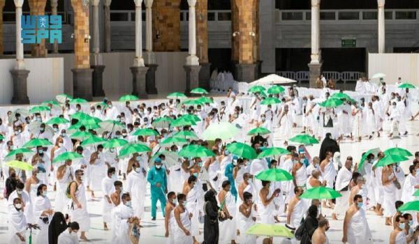 توزيع 5 آلاف مظلة على المعتمرين والعاملين بالحرم