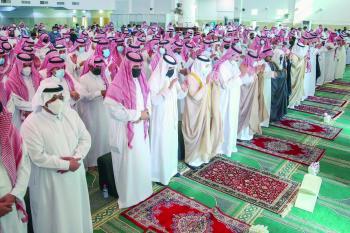 أمير الشرقية يؤدي صلاة الميت على والدة الأمير عبدالعزيز بن عبدالرحمن