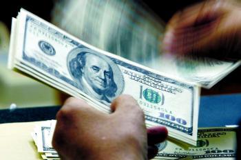 الدولار قرب ذروة 3 أسابيع بعد بيانات أمريكية
