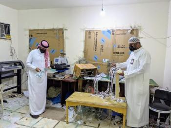 جدة.. ضبط 21 ألف ملصق مزور لماركات الملابس في شقة سكنية