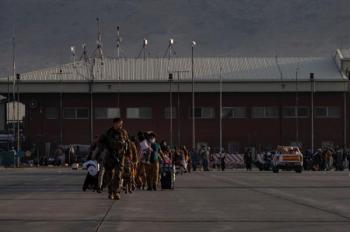 28 أمريكياً و7 مقيمين يغادرون أفغانستان على متن رحلة قطرية