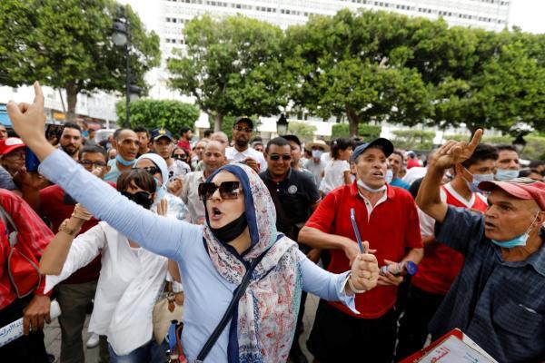 الشرطة التونسية تفصل بين معارضي ومؤيدي الرئيس سعيد