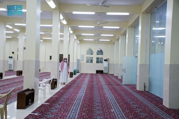 إعادة افتتاح مسجد بعد تعقيمه في عسير