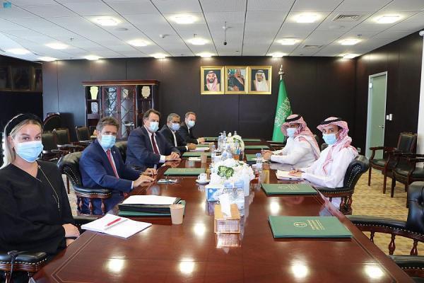 السفير «آل جابر» يناقش جهود المملكة في رفع معاناة الشعب اليمني