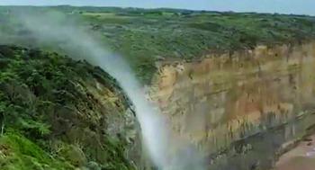 مياه الشلال تصعد إلى الأعلى