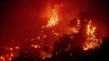 «معركة مستمرة».. رجال الإطفاء يكافحون حرائق غابات كاليفورنيا