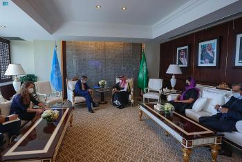 وزير الخارجية ورئيس «الصليب الأحمر» يستعرضان الجهود الإغاثية