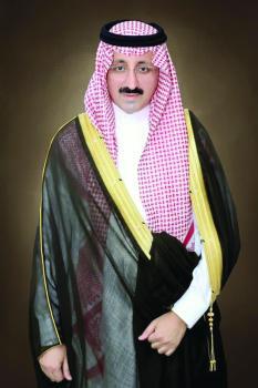 الأمير بدر بن جلوي يؤدي صلاة الميت على والد مدير الشرطة