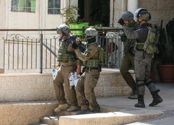 قوات الاحتلال تعتقل فلسطينيًأ من رام الله
