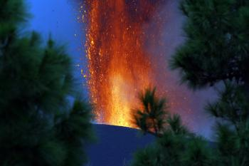 لليوم الخامس ..  بركان «كومبري فييخا» يقذف الحمم في الهواء