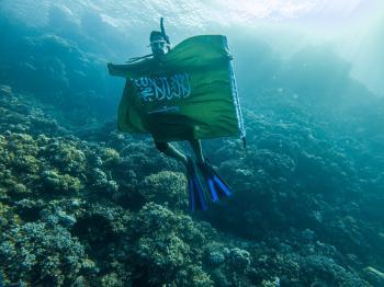 بالصور .. غواصون وسياح يحتفون بـعلم المملكة في أعماق البحر الأحمر