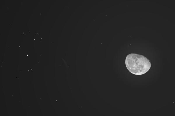 الليلة.. القمر الأحدب المتناقص يقترن بعنقود نجوم الثريا