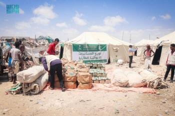 توزيع مساعدات إيوائية للمتضررين من الفيضانات بحضرموت