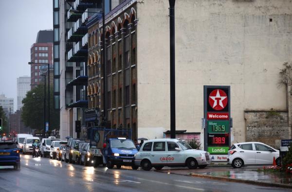 عاجل : بالصور .. تسابق على شراء الوقود ببريطانيا جراء مشكلات بالإمداد