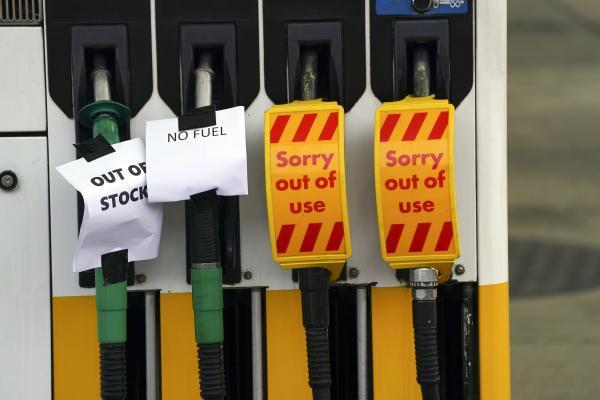طوابير أمام المحطات.. استمرار أزمة الوقود في بريطانيا