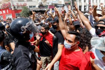 دعوات في تونس للنزول إلى الشارع والمطالبة بحل البرلمان