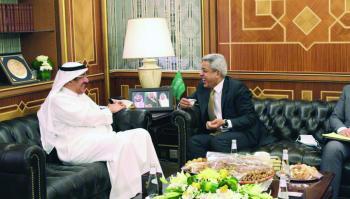 وزير الحج والعمرة يبحث الخدمات مع سفير العراق