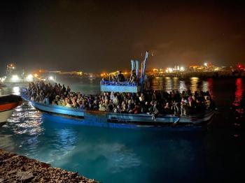 ضبط 500 مهاجر على متن قارب صيد قديم في جزيرة «لامبيدوسا»