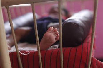 اعتقدت أنه نائم.. طفلة الـ«4 أعوام» تعتني بشقيقتيها بعد وفاة الأب