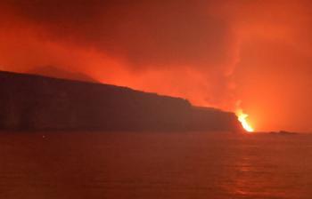 احتراق 600 مبنى.. الحمم البركانية في لا بالما تصل إلى البحر