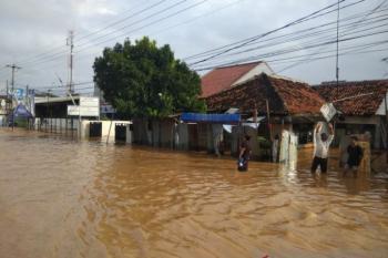 إندونيسيا .. مصرع 4 أشخاص جراء انهيارات أرضية وفيضانات