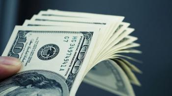 الدولار يقترب من أعلى مستوياته في عام