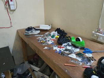 مصادرة 23 ألف لاصق لتزوير ماركات الأحذية بجدة
