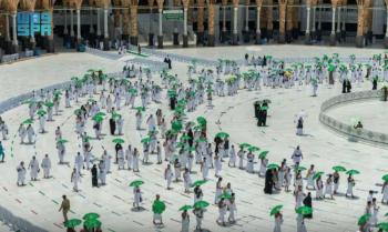 بالصور.. توزيع 5 آلاف مظلة بالحرم المكي
