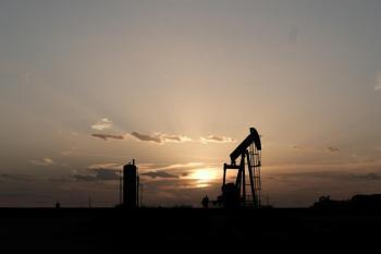 النفط ينخفض بفعل زيادة  في المخزونات الأمريكية