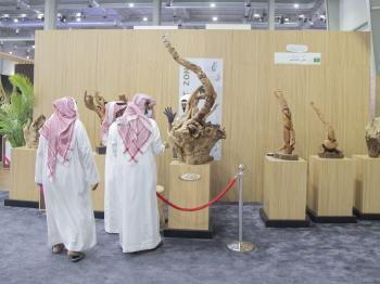 روائع النحت على الخشب تظهر في معرض الصقور والصيد السعودي الدولي