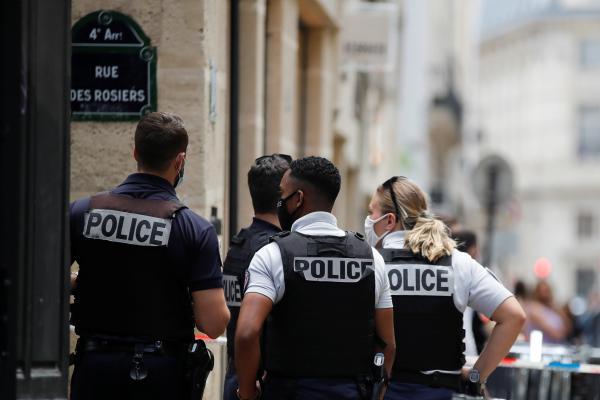 شرطة باريس تتلقى البلاغات النسائية منزليًا.. تعرّف على السبب