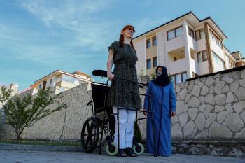 تفوق مترين.. تعرف على أطول امرأة في العالم