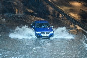 أمطار اليونان تدفع السكان إلى أسطح المنازل هرباً من الفيضانات