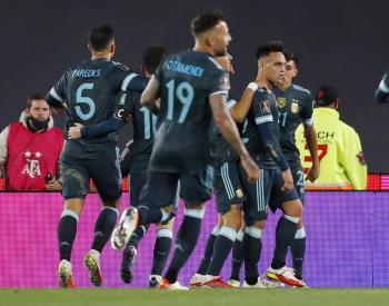 مارتينيز يقود الأرجنتين للفوز على بيرو