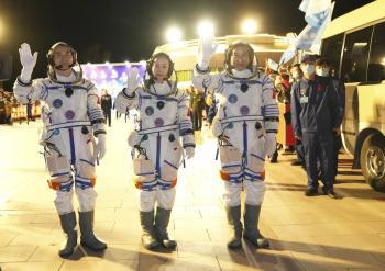عليها رائدة فضاء.. الصين تطلق مركبة لمحطتها الفضائية